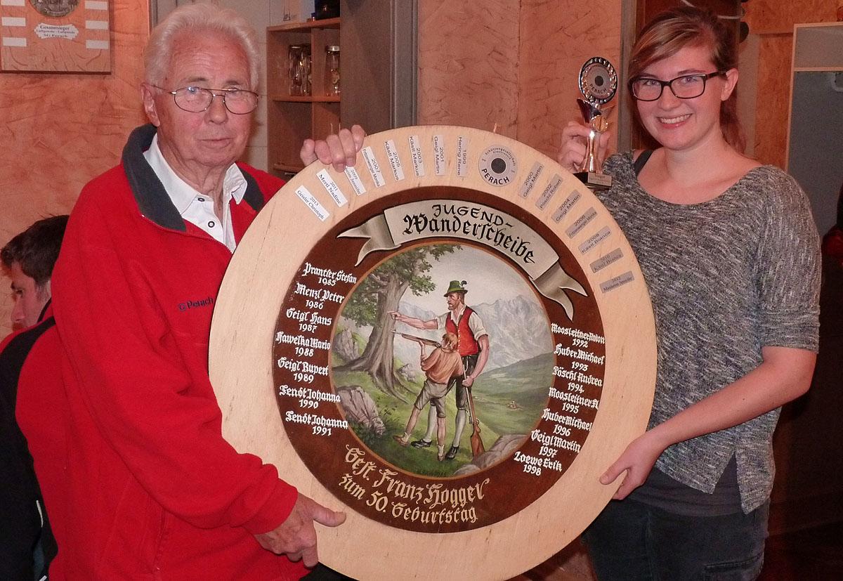 Nadine Mertl, Siegerin der Jugendwanderscheibe mit Ehrenschützenmeister Franz Hogger, der diese schöne Scheibe einst zu seinem runden Geburtstag gestiftet hatte.